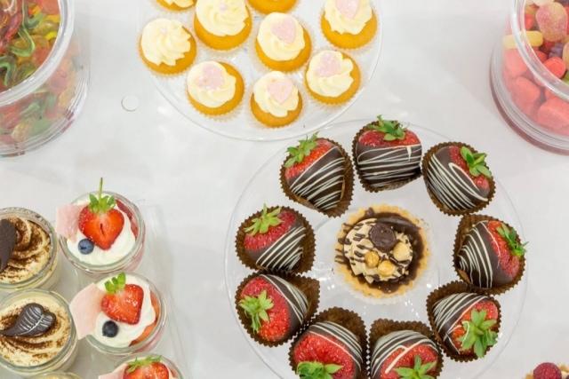 słodki stół truskawki w czekoladzie