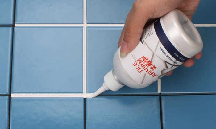 Герметик наносят в швы плитки.