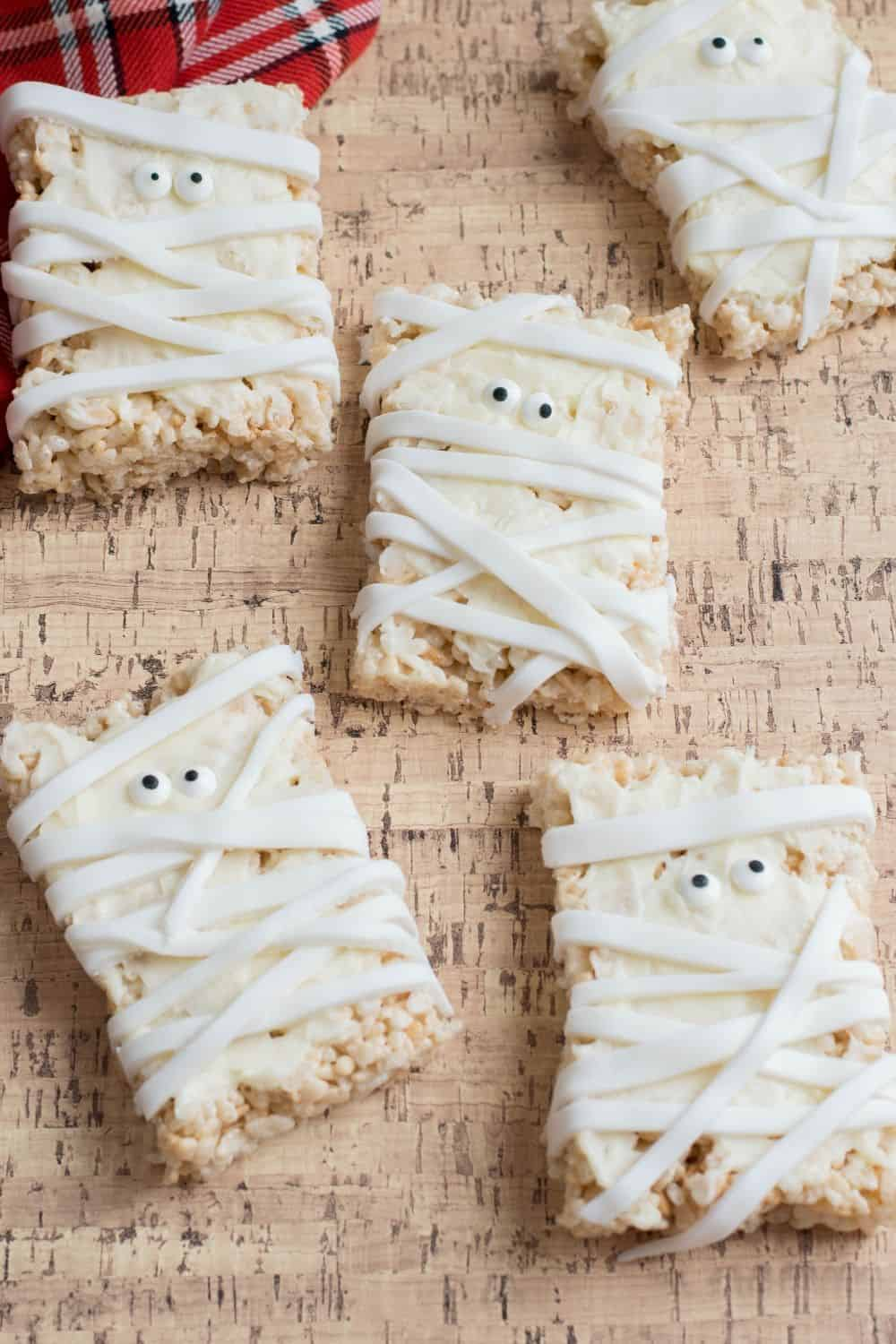 These Mummy Rice Krispies Treats are freakishly adorable. This spooky Halloween treat is perfect to make for the kids this Halloween. #halloweentreats #ricekrispiestreats #halloweensnack #mummytreat