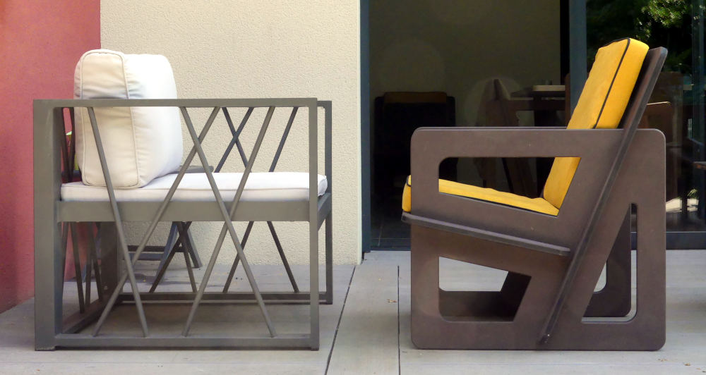 Fauteuil de petite taille comparé à un fauteuil standard.