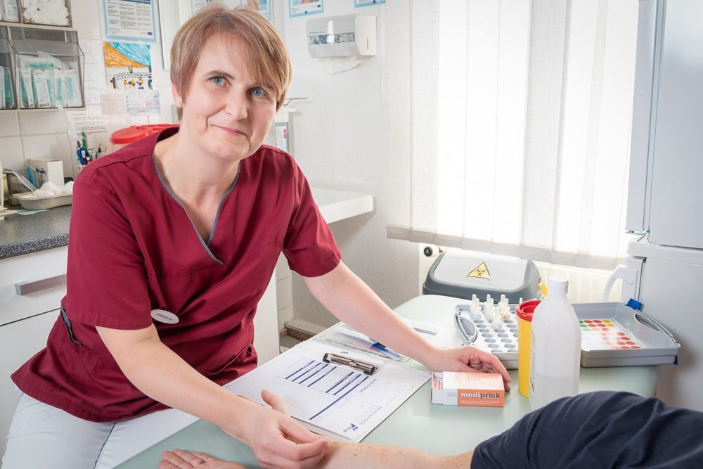 Frau Ina Jost bei der Durchführung eines Prick-Test in der Allergologie