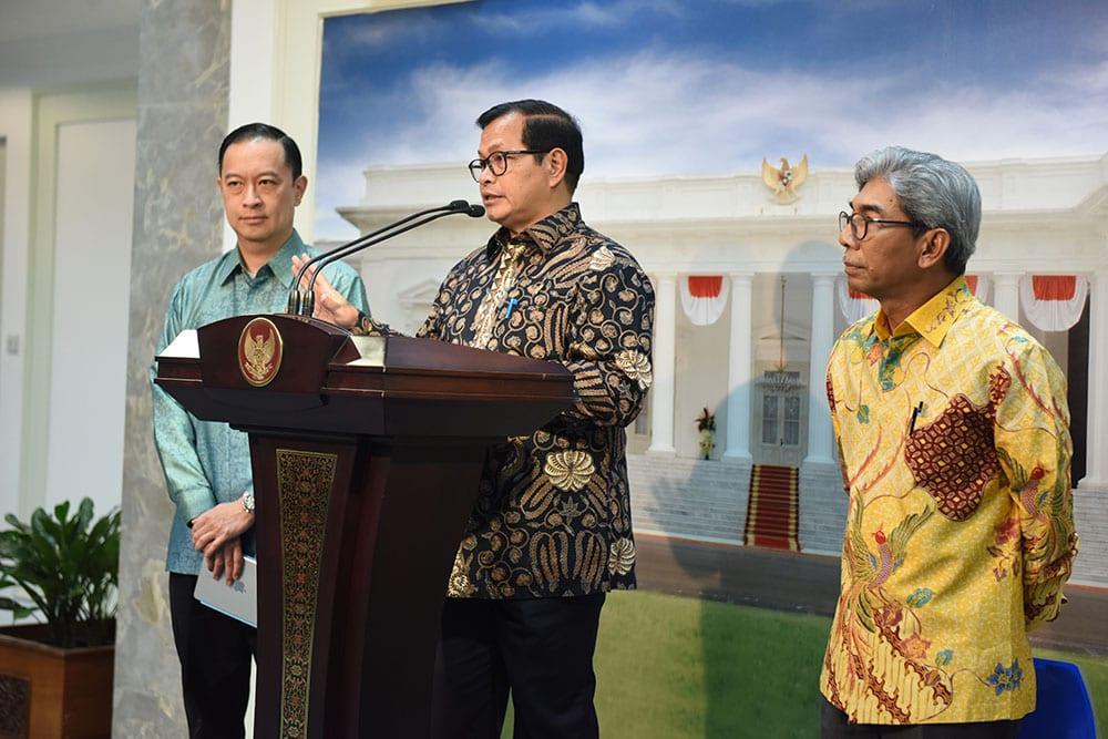 Seskab Pramono Anung didampingi Wamenlu dan Kepala BKPM menyampaikan keterangan pers terkait rencana kunjungan Presiden RI ke Australia, di Kantor Presiden, Jakarta, Selasa (21/2) sore. (Foto: Rahmat/Humas)