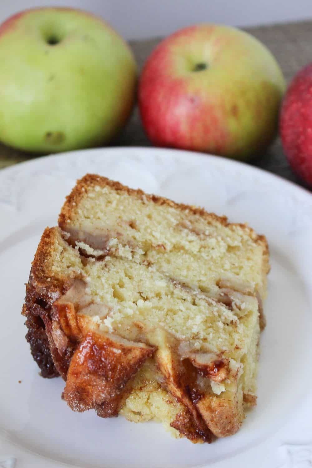 This Jewish Apple Cake recipe is moist and packed with sweet apples and cinnamon. It features a crunchy apple cinnamon topping Be sure to grab a slice before it's all gone. #jewishapplecake #applecake #applerecipe