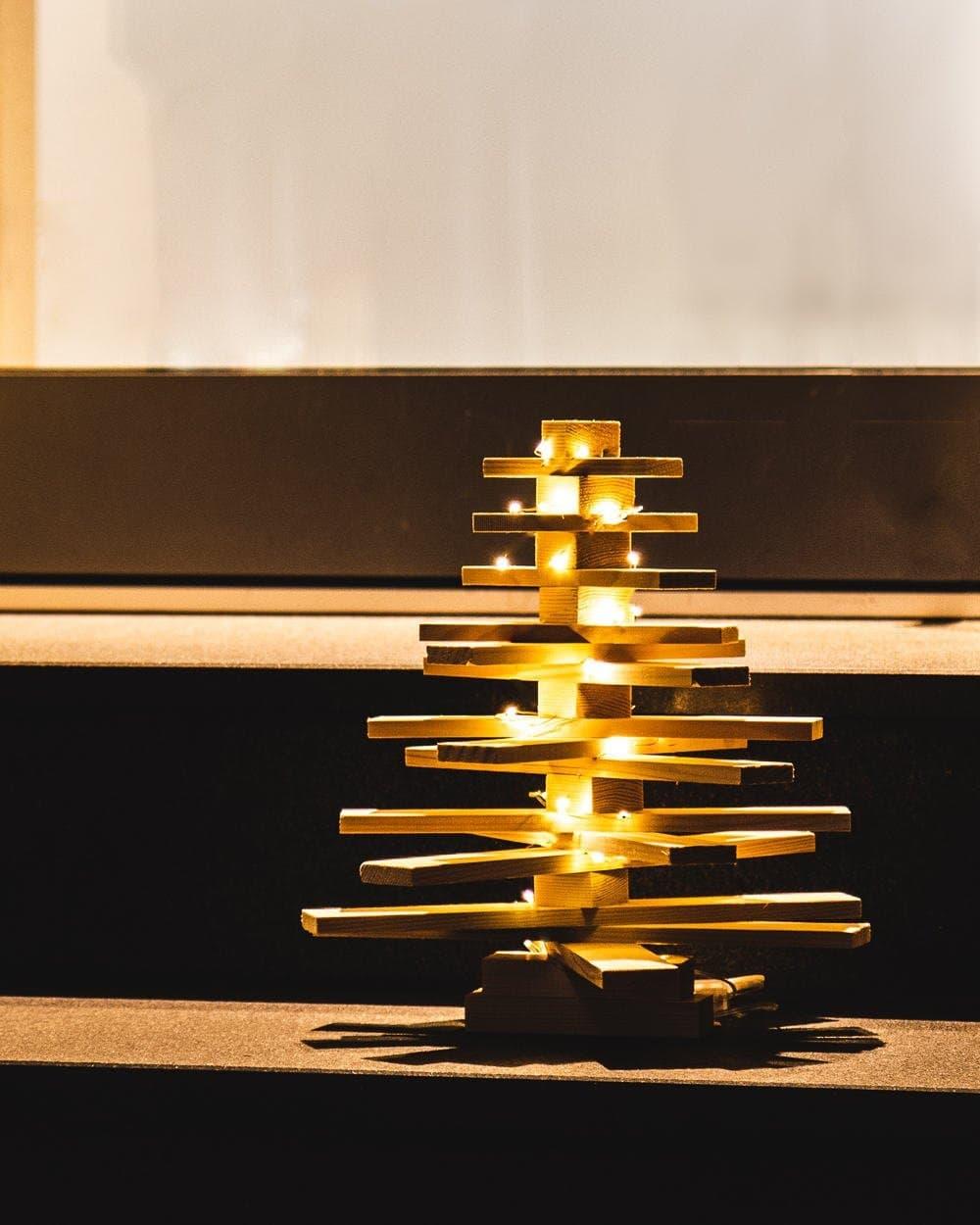 Weihnachtsbaum aus Holz basteln - mit Varta