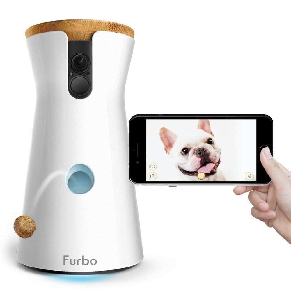 furbo: cámara para perros (dogwebcam) de color blanco con un agujero en medio por el que lanza un premio y con cámara que puedes ver a tiempo real por  WIFI
