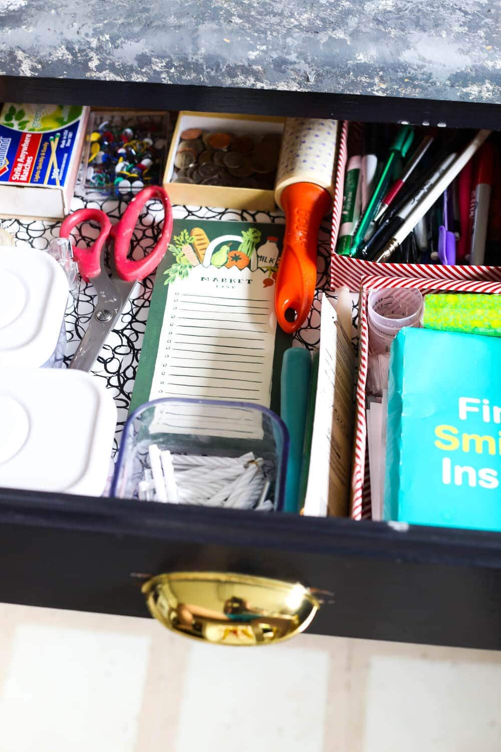 Tips on junk drawer organization - how to get your junk drawer completely organized without having to spend any money! Great, affordable solutions for a messy kitchen!