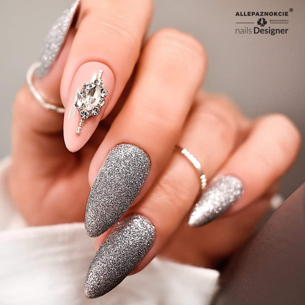 srebrne paznokcie z brokatem