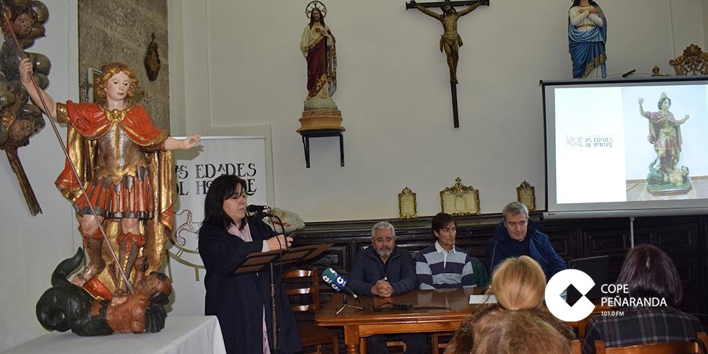 La talla restaurada de San Miguel regresa a Peñaranda tras su restauración.