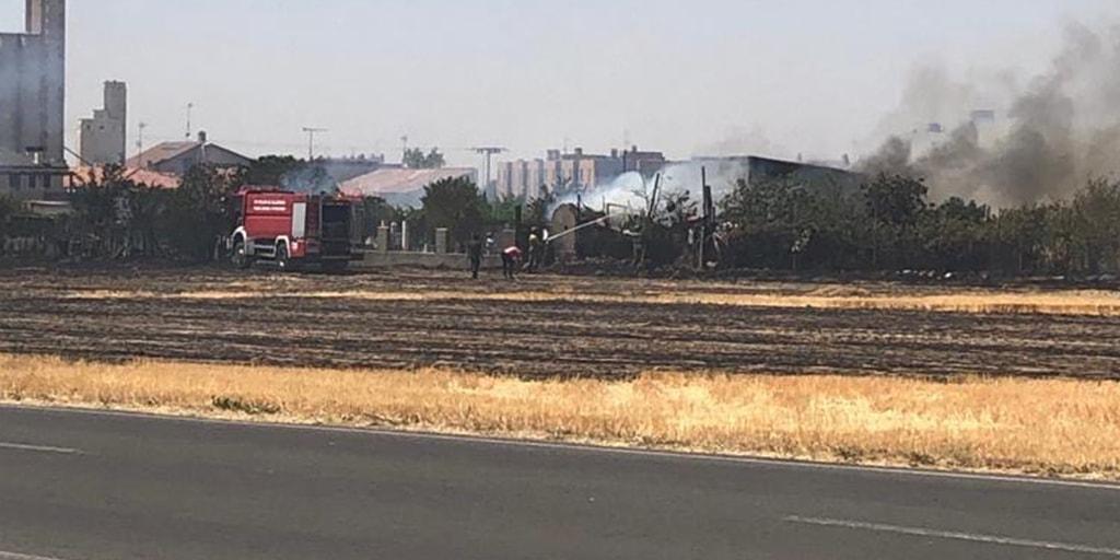 Los bomberos tuvieron que trabajar durante varias horas para sofocar el incendio