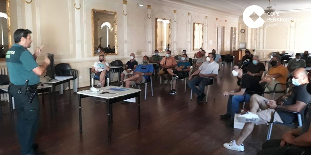 Una veintena de personas asisten a una charla sobre drones