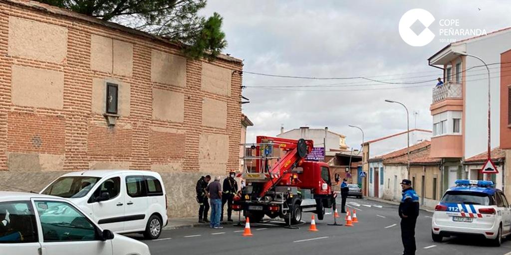 Retiran unas tejas con riesgo de caerse en el muro de las Carmelitas