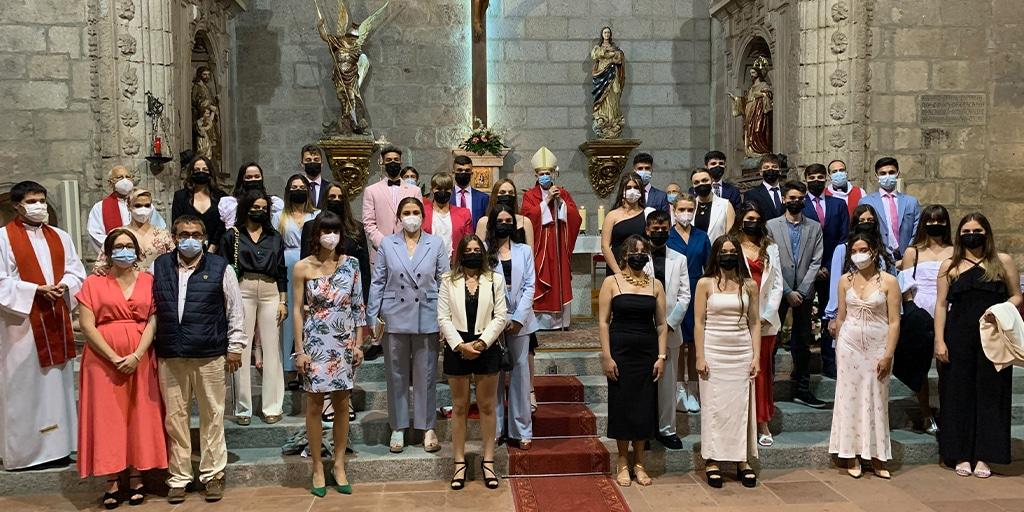 Los confirmandos junto al obispo y los párrocos de la localidad