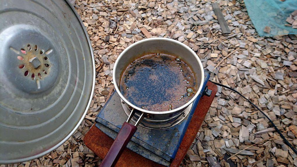 お鍋の中で熱せられているオイルニスの樹脂