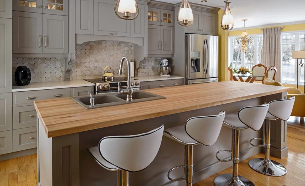 кухня с деревянной столешницей фото в интерьере