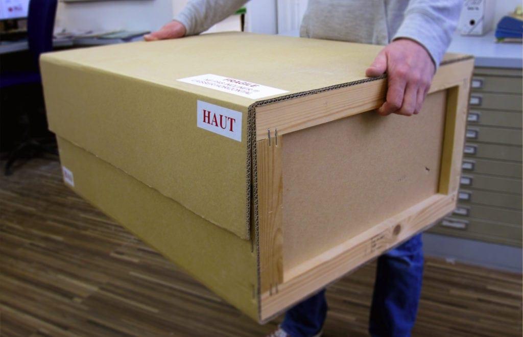 transport d'une caisse en carton