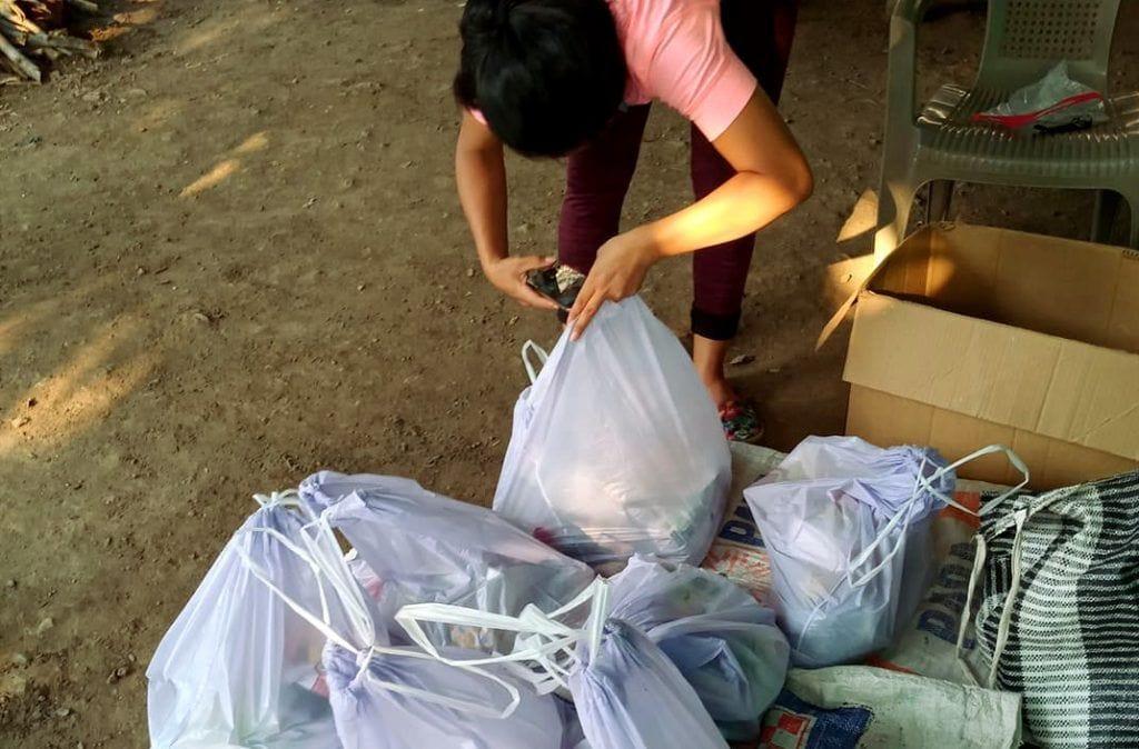 Lesli Vargas prepara bolsas de alimentos