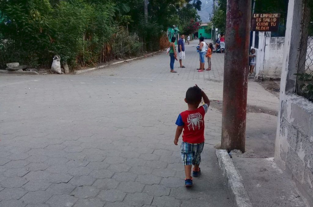 Niño en la calle Principal
