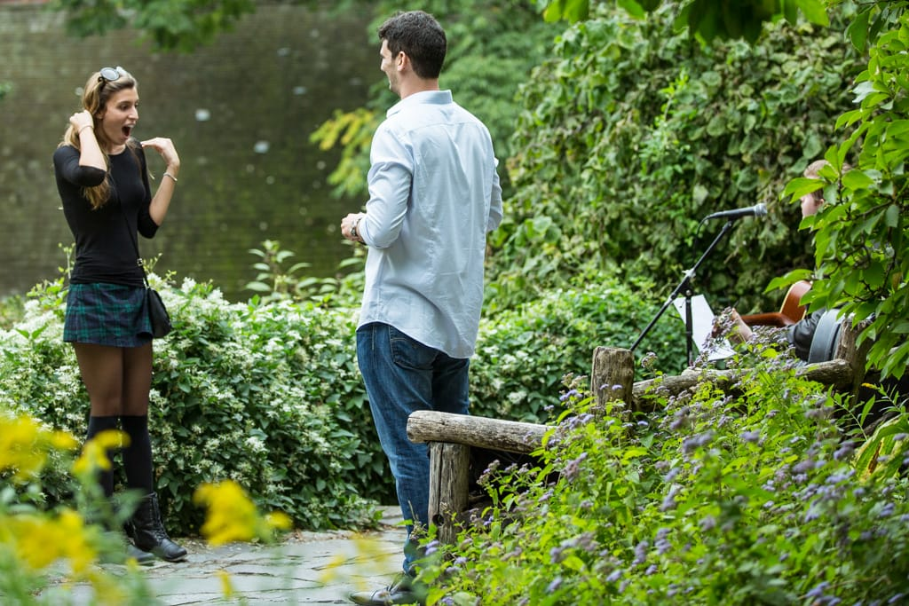 Proposal in Shakespeare Garden at Central Park]– photo[2]