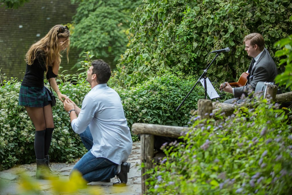 Proposal in Shakespeare Garden at Central Park]– photo[6]