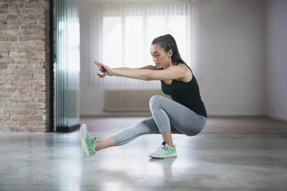 Explosive training - best way for a tight buttocks - girl has one leg squat training.