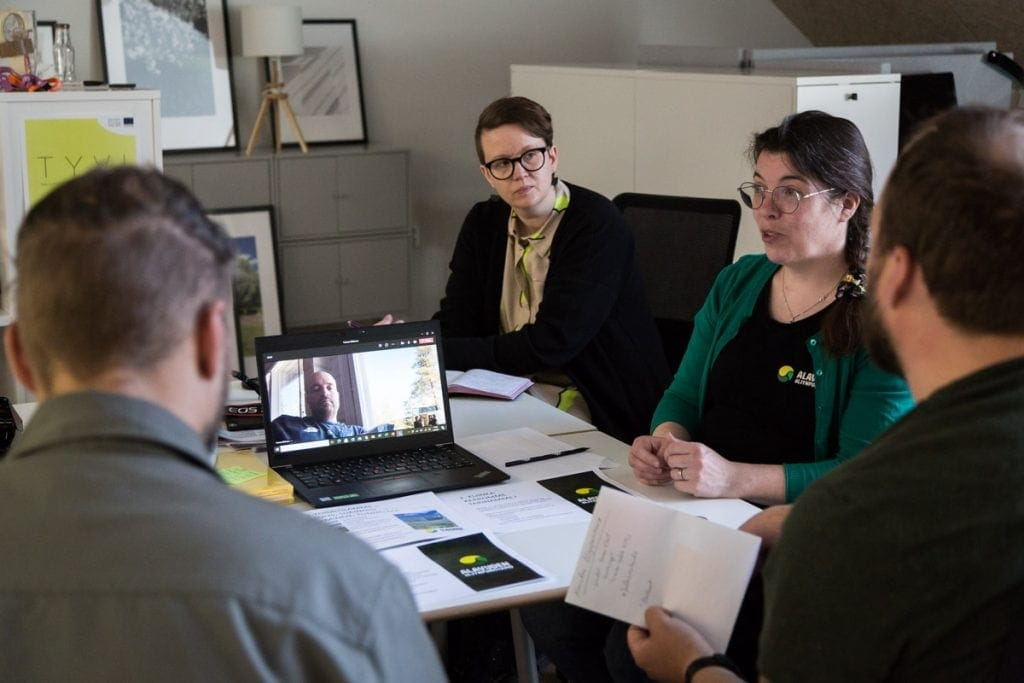 Hanna Yli-Kuva osallistuu TYVI hankkeessa työpajaan jossa taiteilijat haastattelevat yrityksen kehittämisestä. Taustalla TYVI hankkeen asiantuntija aj projektipällikkö Jenni Latva seuraa tilannetta. Taideyliopisto ja Jenni Latva ovat olleet rakentamassa Elinkeinoelämän kehittäminen luovien ratkaisujen avulla -ajatusmallia.