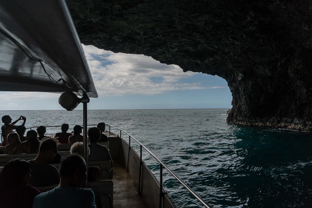 boating through a tunnel on napali coast boat tour with makana charters