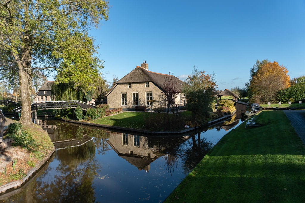 homes in giethoorne on canal on Day Trip to Giethoorn