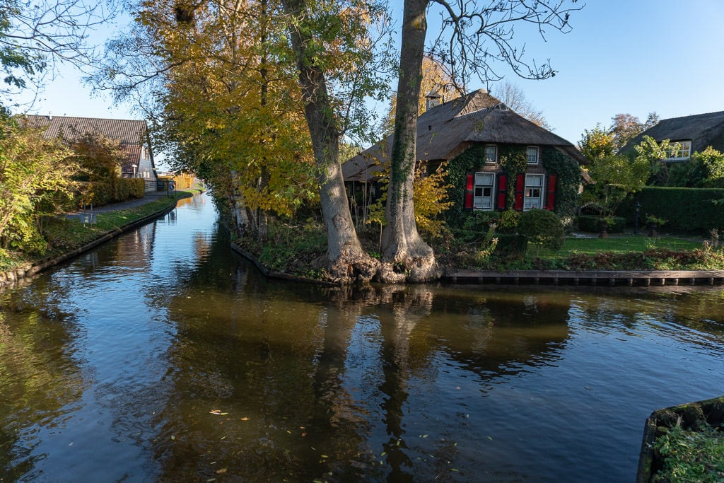 house on canal in giethoorne on day trip from amsterdam