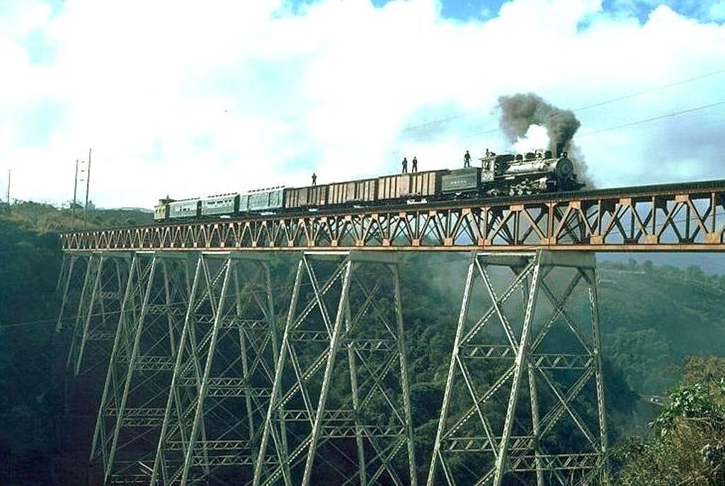 Ferrocarril sobre el espectacular puente Las Vacas