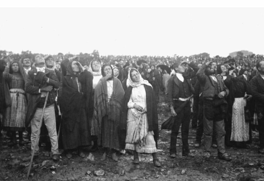 """Las crónicas periodísticas estimaron que 70 mil personas se encontraban en el llano de Fátima y presenciaron como """"bailó el Sol"""", considerado el milagro de la Virgen. (SantoRosario.com.es: Hemeroteca SR)"""