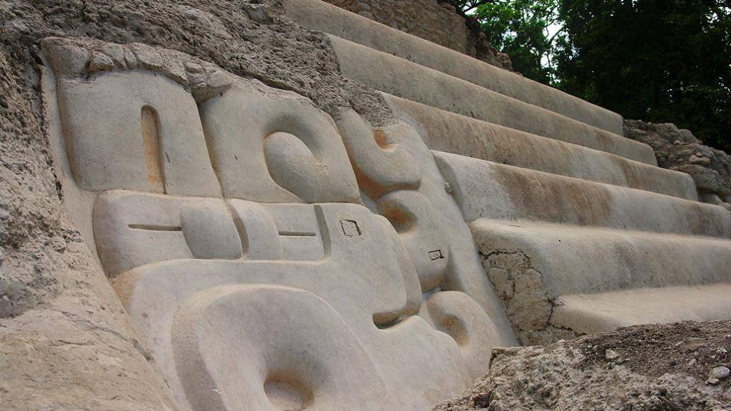 Relief aus der Mayastätte El Mirador in Guatemala - Foto von AmazingTemples.com