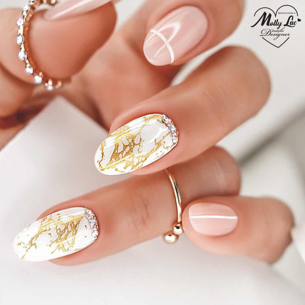 białe paznokcie ze złotem