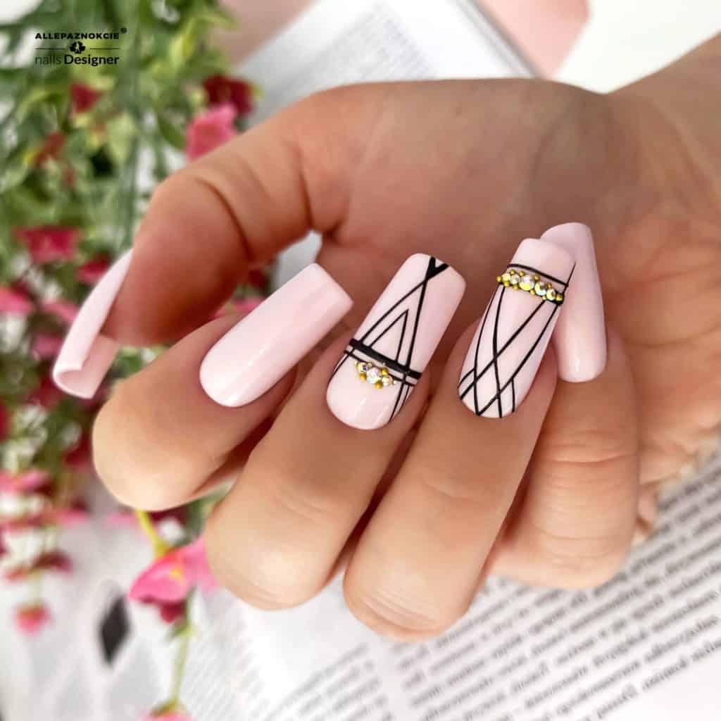 geometryczne wzory na paznokciach z cyrkoniami
