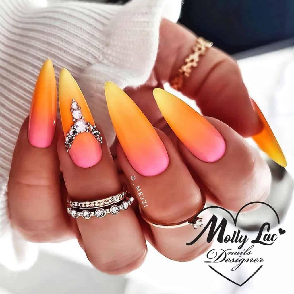 letni manicure w pomarańczowym kolorze