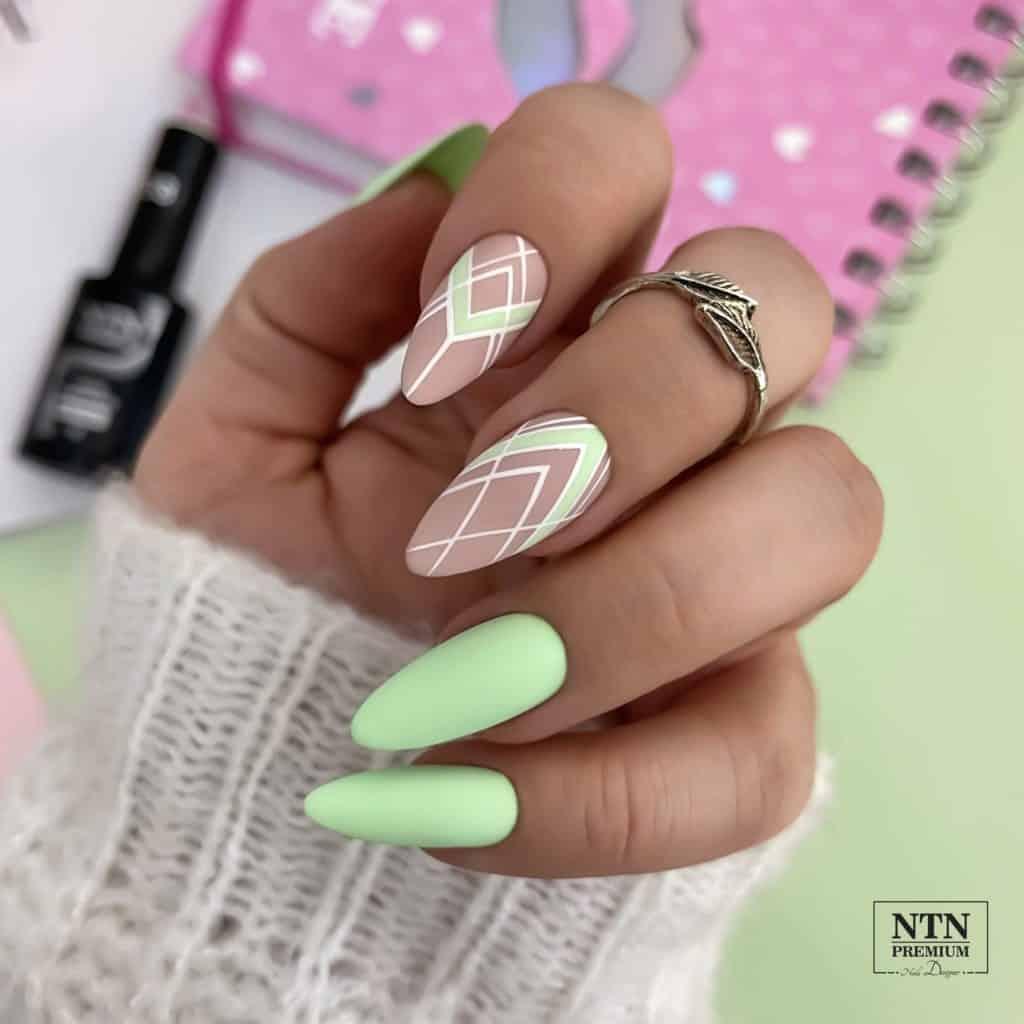 geometria na pastelowych paznokciach