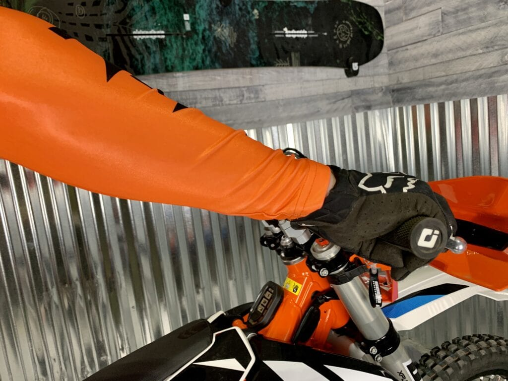 correct dirt bike throttle hand postion while stopping