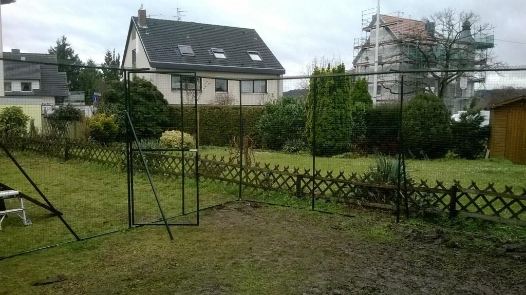 Sichere Gartenvernetzung. Durchgangtür zum Rest des Gartens