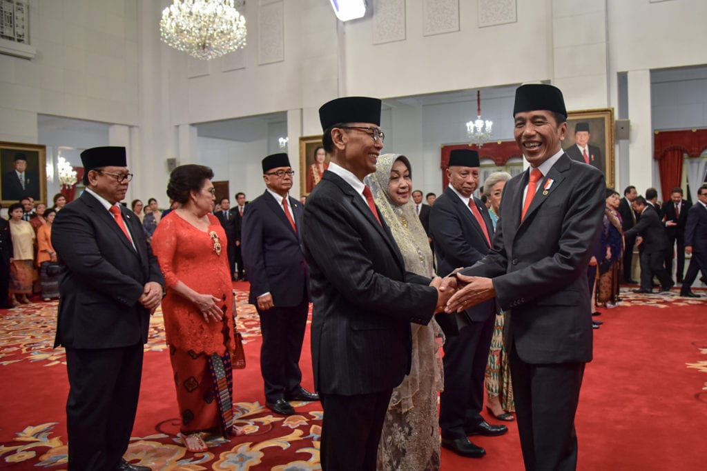 Presiden Jokowi memberikan selamat kepada Wiranto usai dilantik menjadi anggota Wantimpres periode 2019-2024, di Istana Negara, Jakarta, Jumat (13/12). (Foto: Humas/Agung).