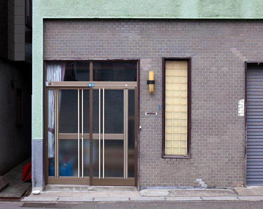 Hausfassade mit Eingang und Fenster