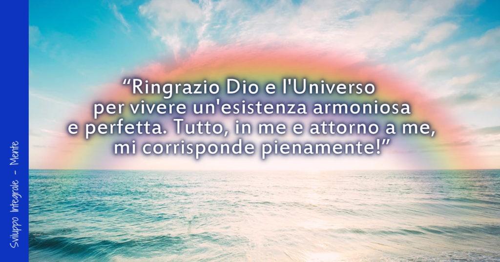 Mare e cielo con un arcobaleno e un'affermazione positiva sovraimpressa