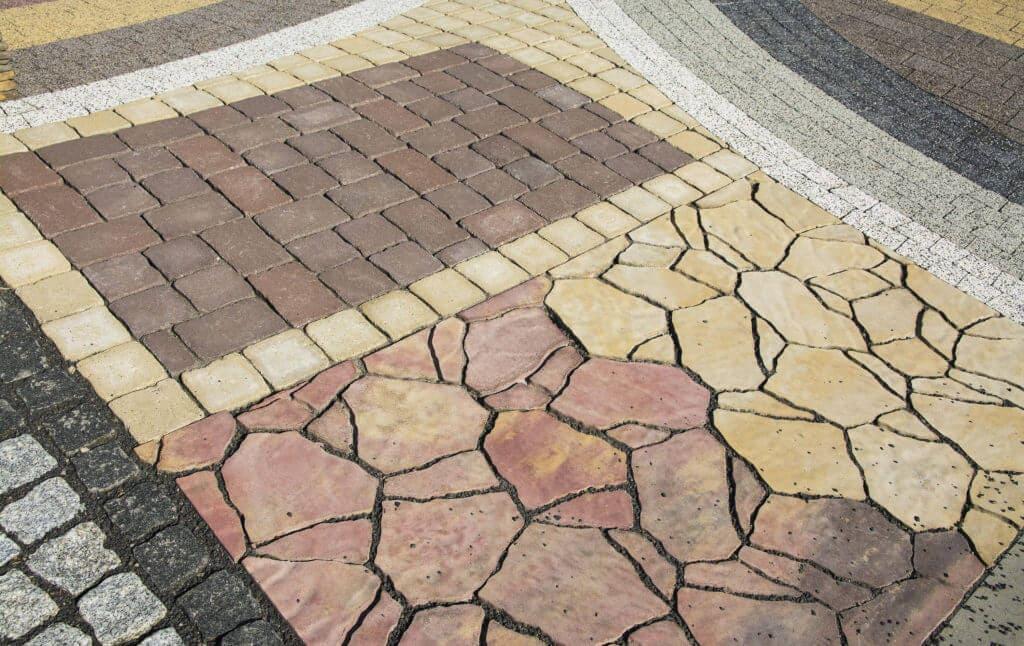 Verschiedene Pflastersteine als Muster gelegt
