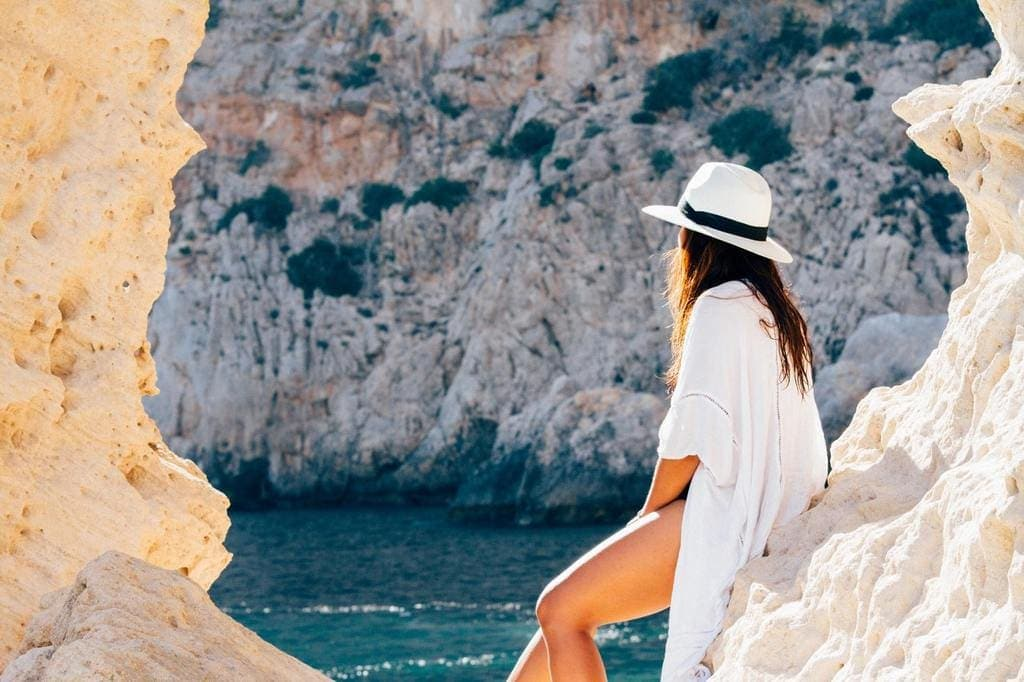 10 HOLIDAY WARDROBE ESSENTIALS IF YOU ARE HEADING TO THE SUN