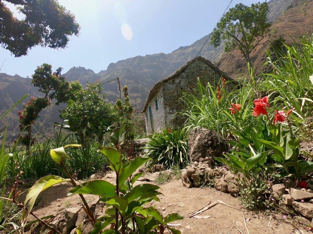 Una casa sotto il sole su un sentiero della valle di Paul