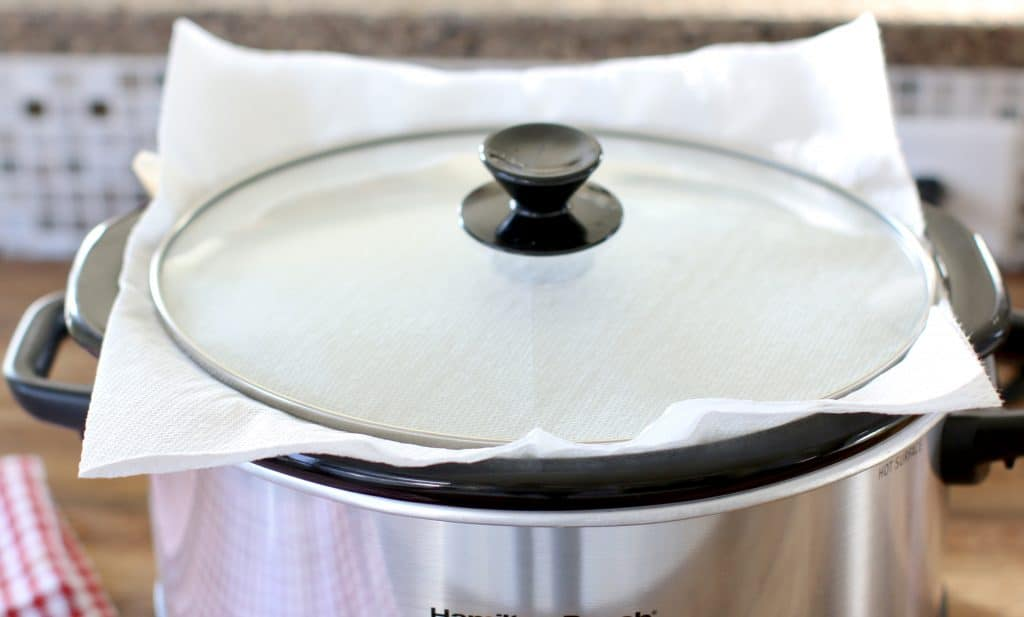 paper towels placed under lid of slow cooker