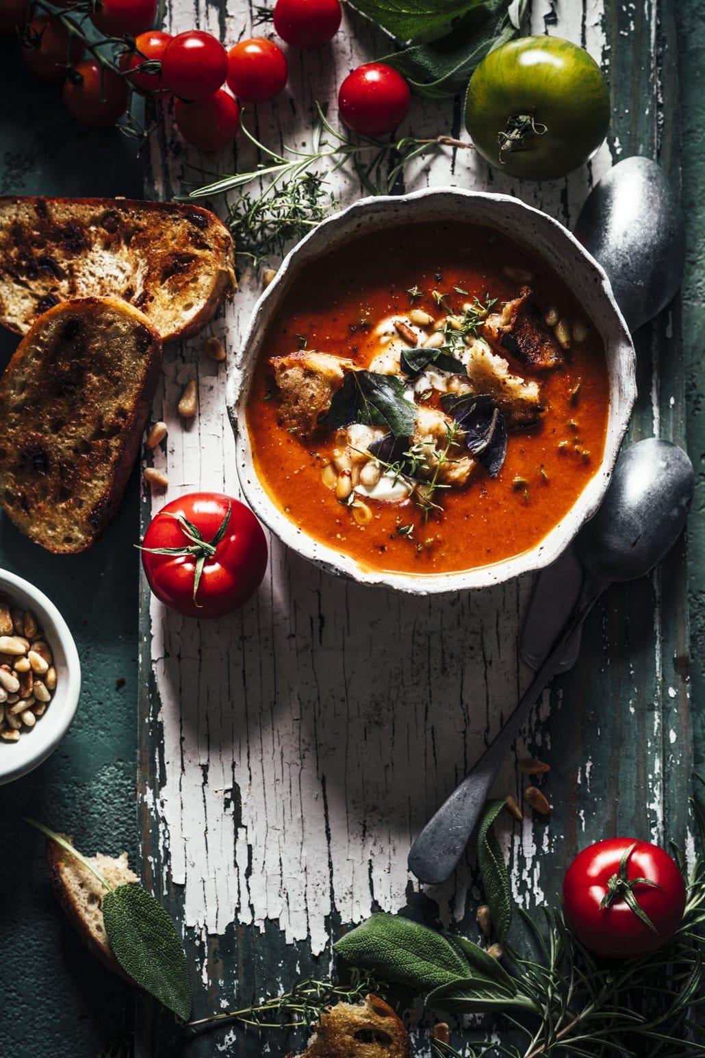Suppe aus reifen Tomaten und Kräutern