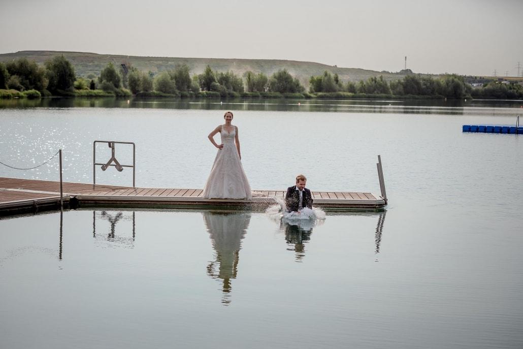 Bräutigam springt ins Wasser