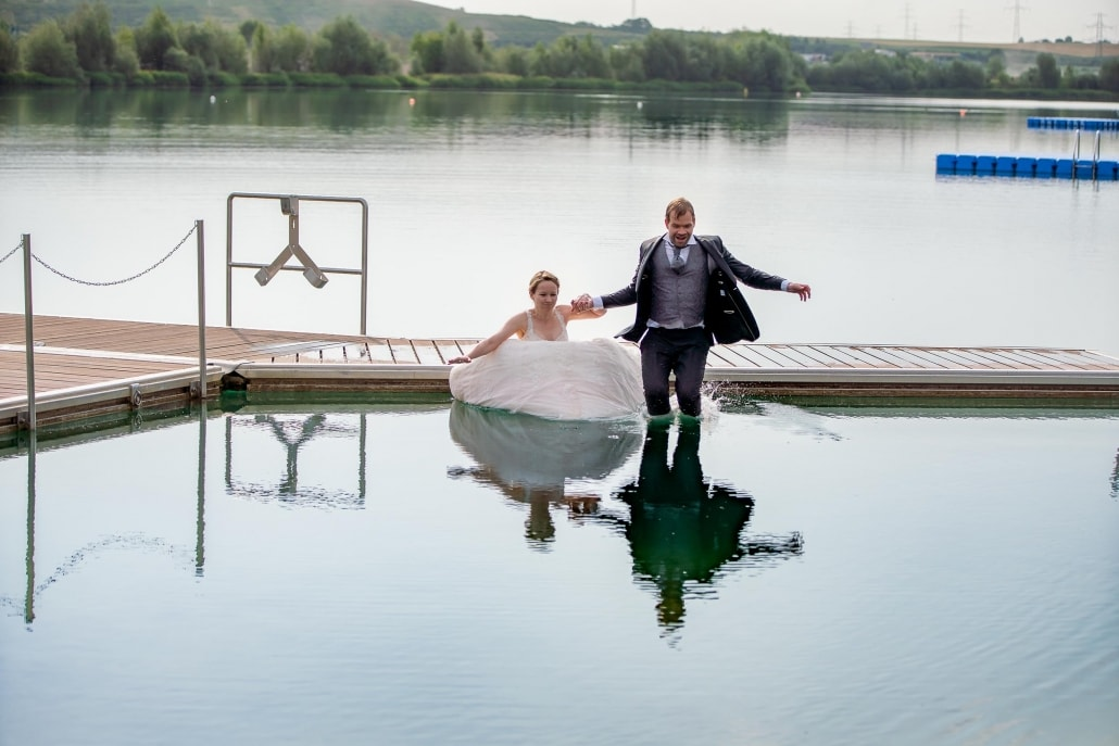 Brautpaar springt ins Wasser