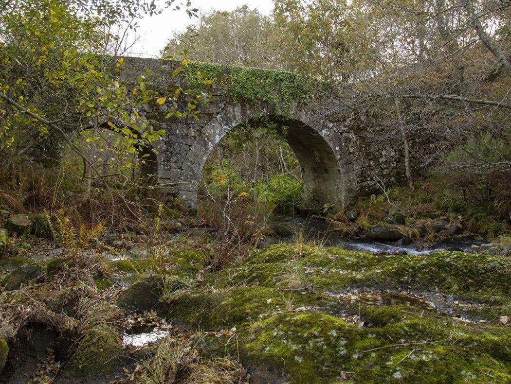 Ponte Romana sobre o rio Lourêdo em Ribeira de Pena na Serra do Alvão