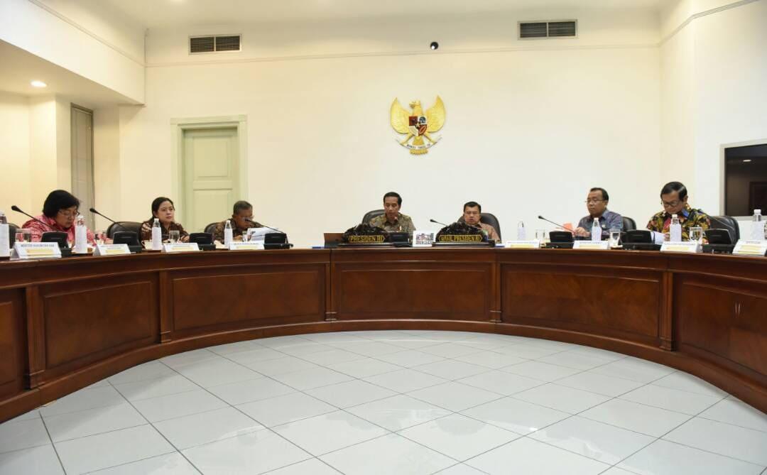 Rapat Terbatas mengenai Evaluasi Peraturan tentang Lahan Gambut, di Kantor Presiden, Jakarta, Rabu (26/4) siang. (Foto: Humas/Jay)