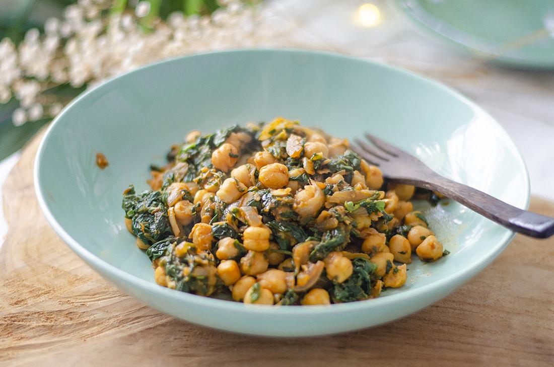 Garbanzos con espinacas y un toque de pimentón. Una receta tradicional vegana, saludable y rica en proteína.